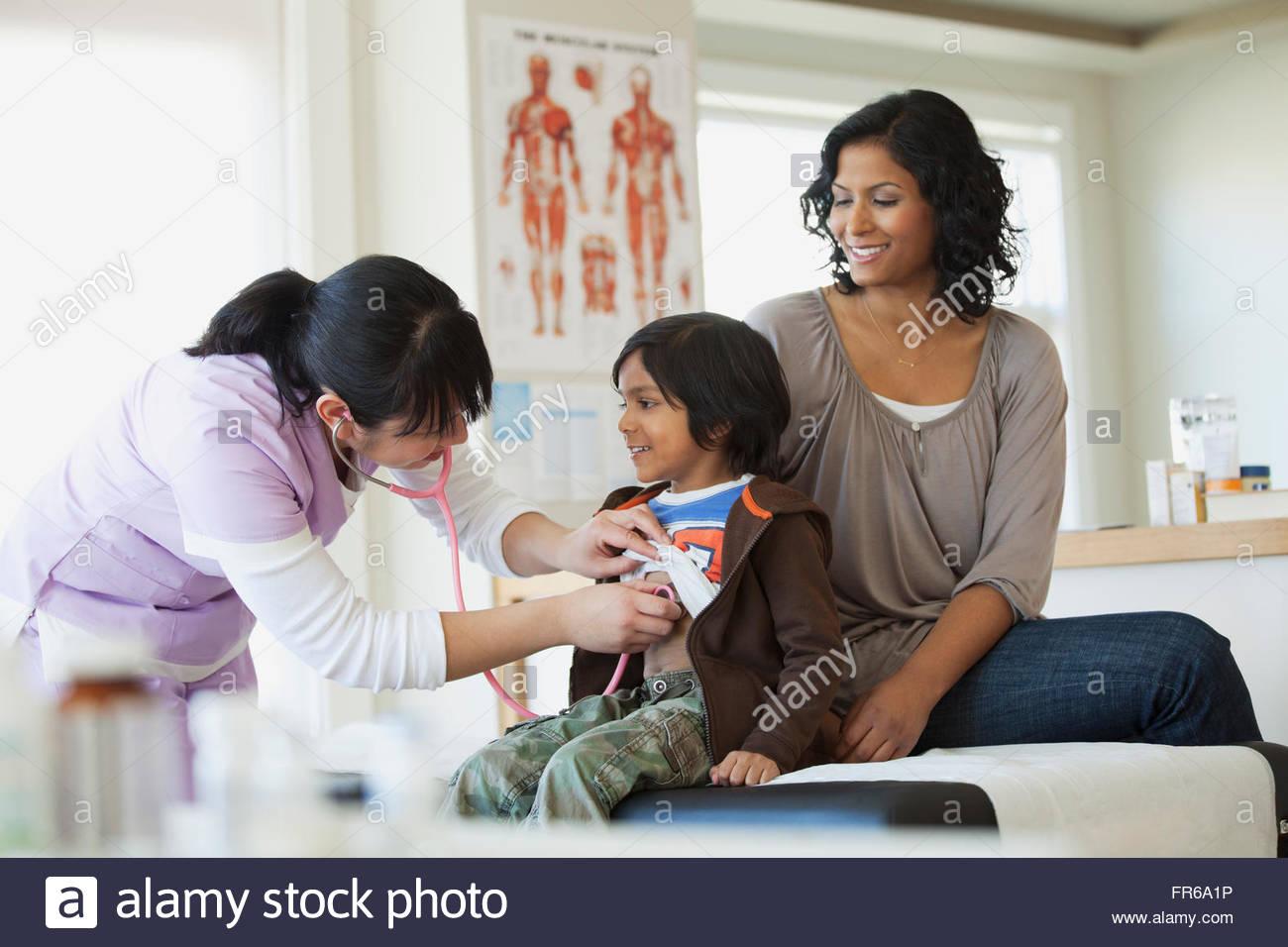 Mutter und Sohn bei der medizinischen Untersuchung Stockbild