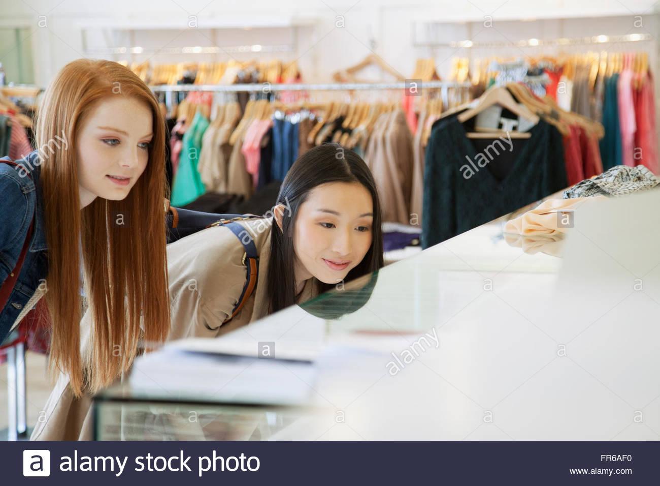 Freundinnen einkaufen in trendige Kleidung Shop Stockbild