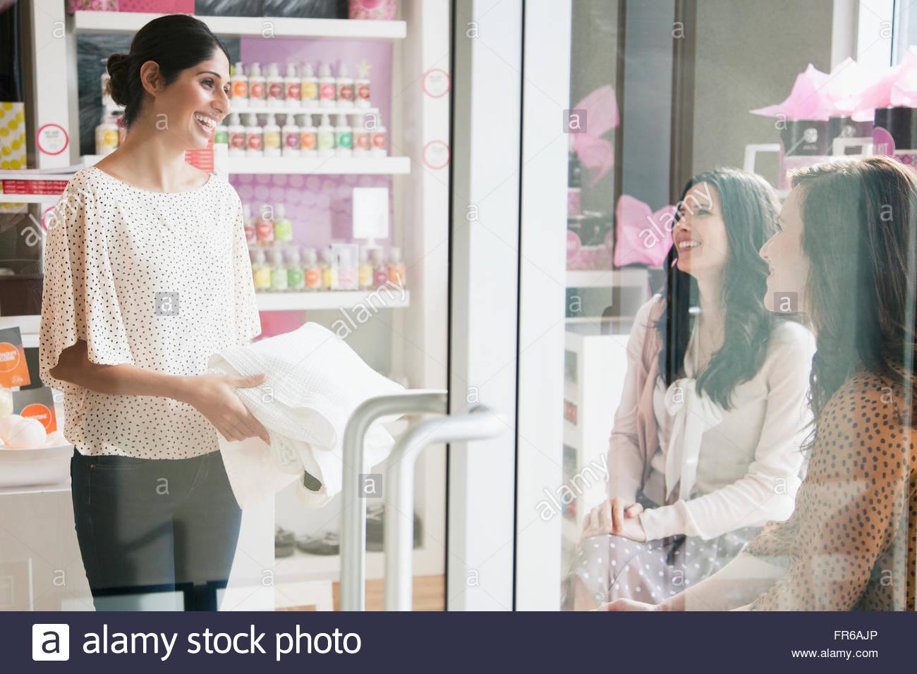 Frauen im Gespräch mit Saloninhaber Stockbild