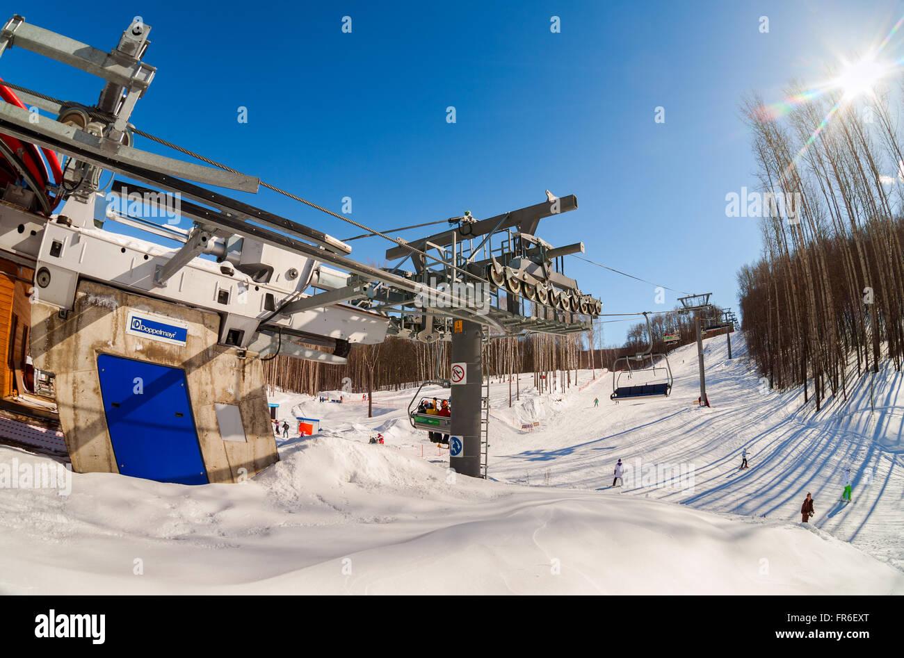 "Sesselbahn im Skigebiet ""Krasnaya Glinka"" Mountain in sonnigen Wintertag in Samara, Russland Stockbild"