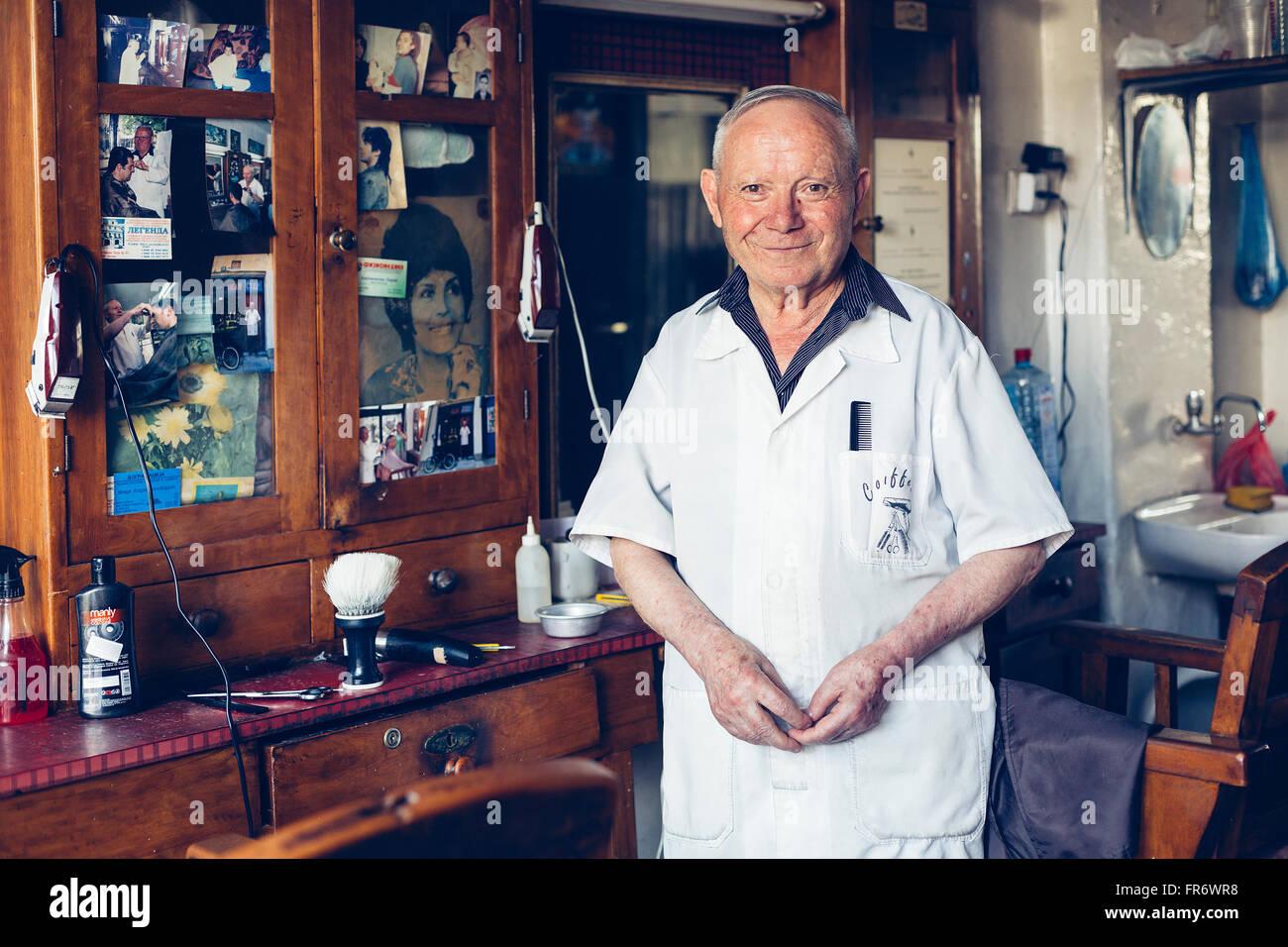 Republik Mazedonien, Bitola, Stadtzentrum, Porträt eines Barbiers in barbershop Stockbild