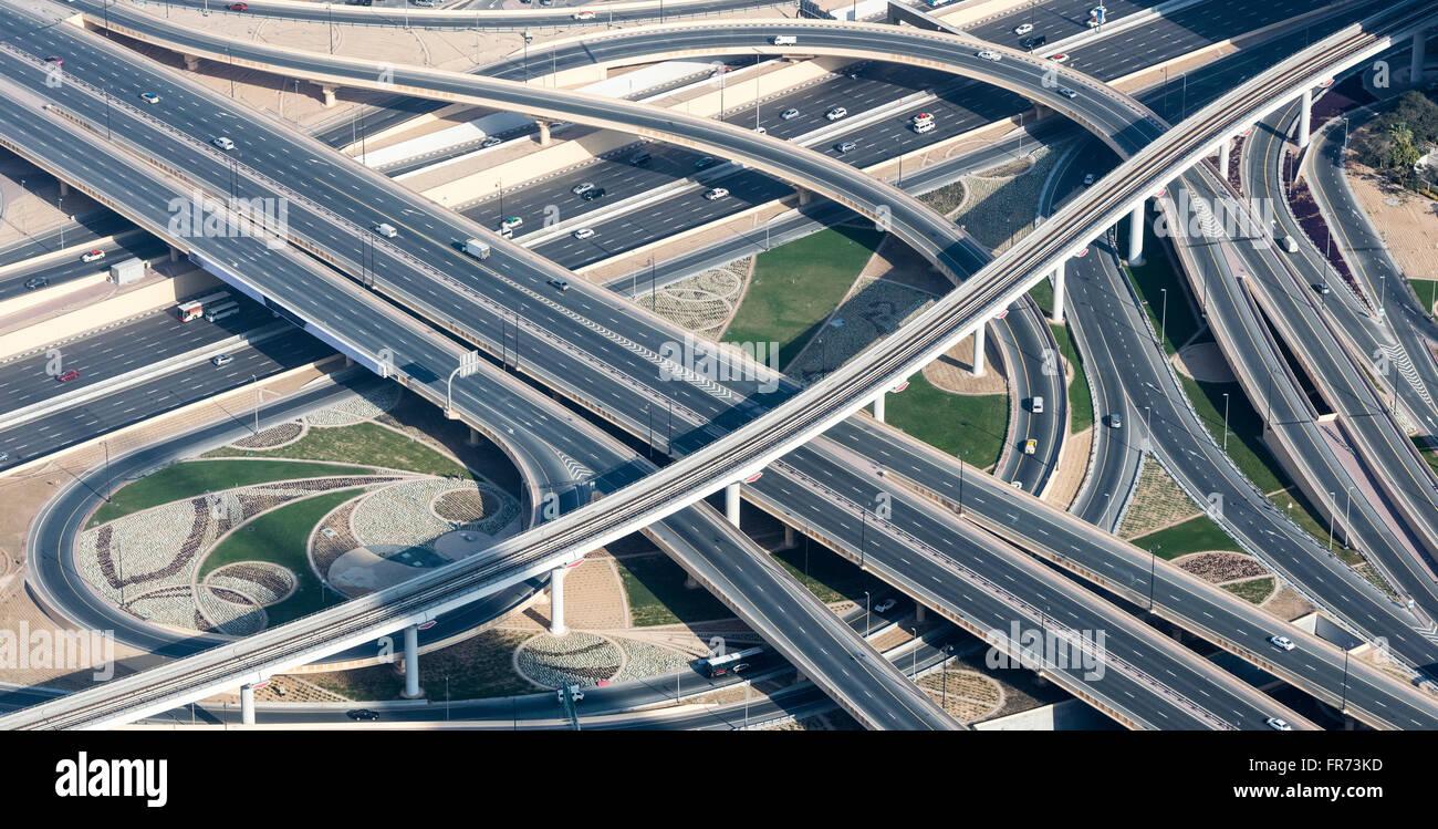 Autobahnen, Rampen und s-Bahn-Gleise in Dubai, VAE. Fotografiert vom Burj Khalifa Aussichtsplattform. Stockbild