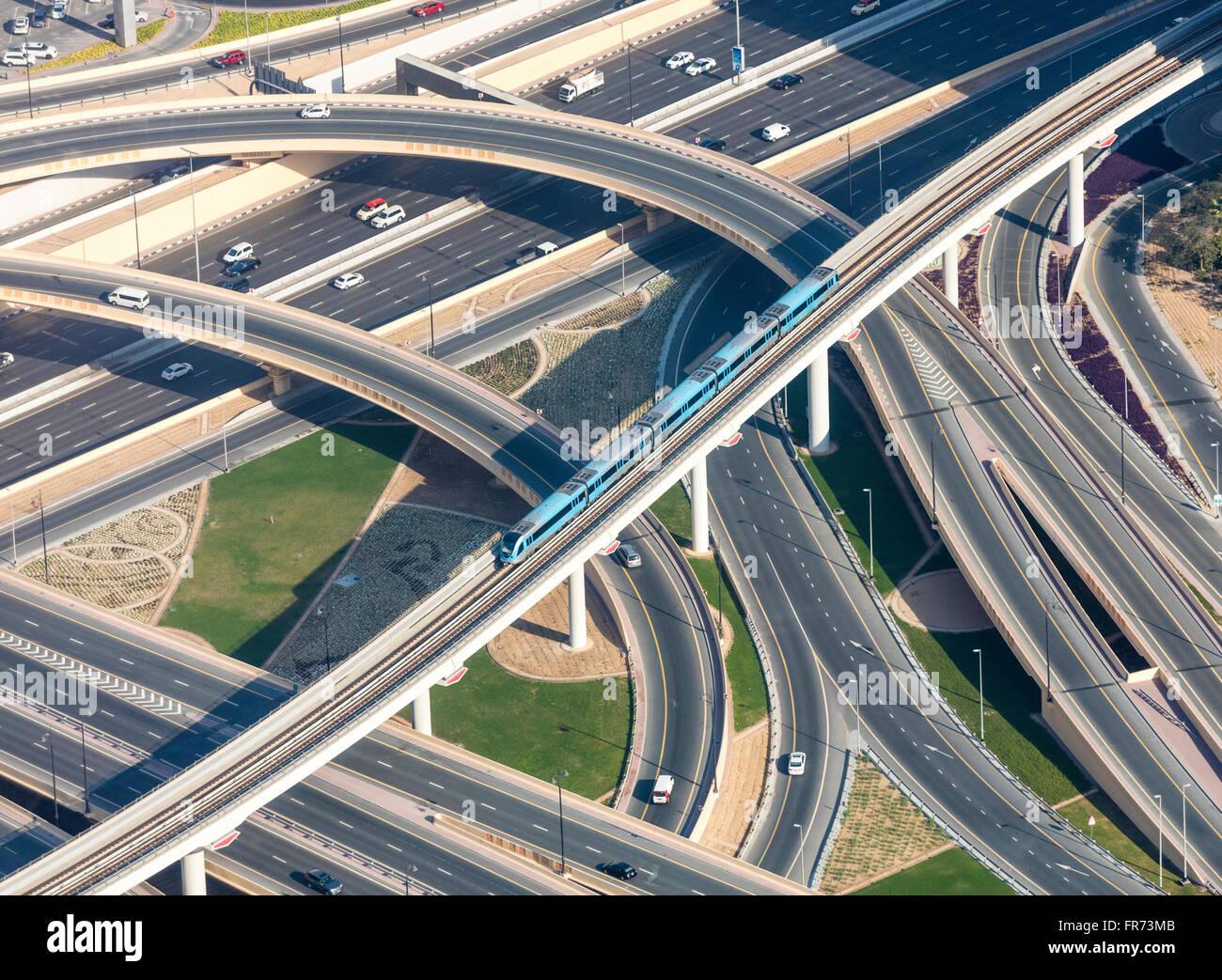 Autobahnen, Rampen und s-Bahn in Dubai, VAE. Fotografiert vom Burj Khalifa Aussichtsplattform. Stockbild