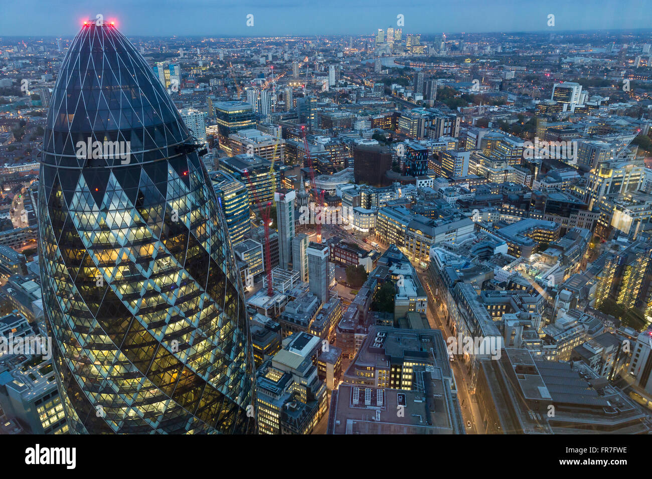 Der Londoner Skyline in der Abenddämmerung. Stockbild