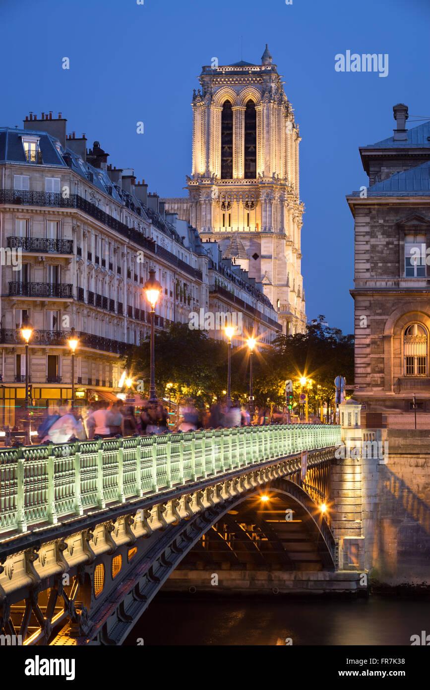 Pont d'Arcole und die Türme der Kathedrale Notre Dame de Paris bei Dämmerung beleuchtet. Ile De La Stockbild