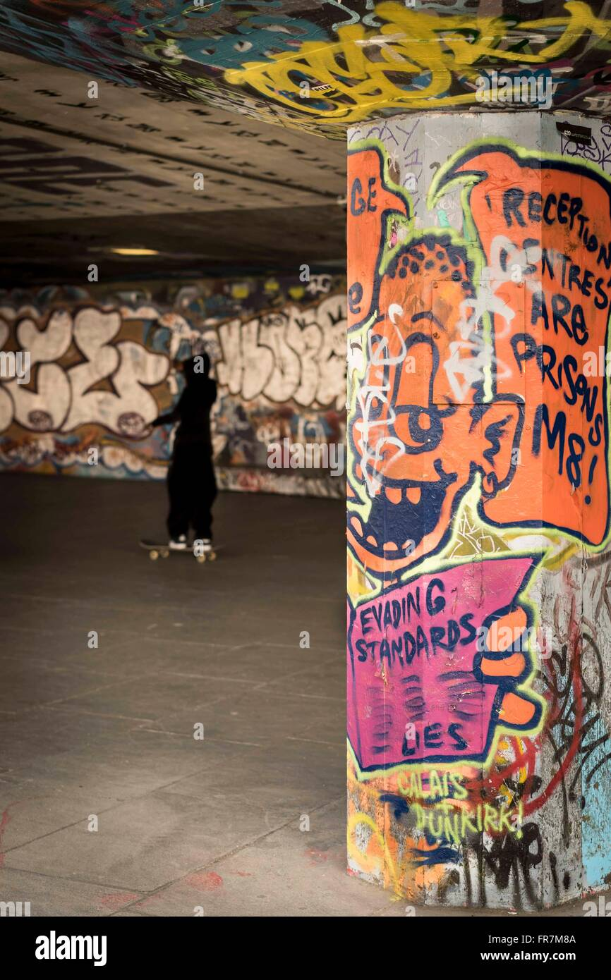 Skateboarding und Graffiti an der Unterkirche unterhalb des Nationaltheaters an Londons South Bank Stockfoto