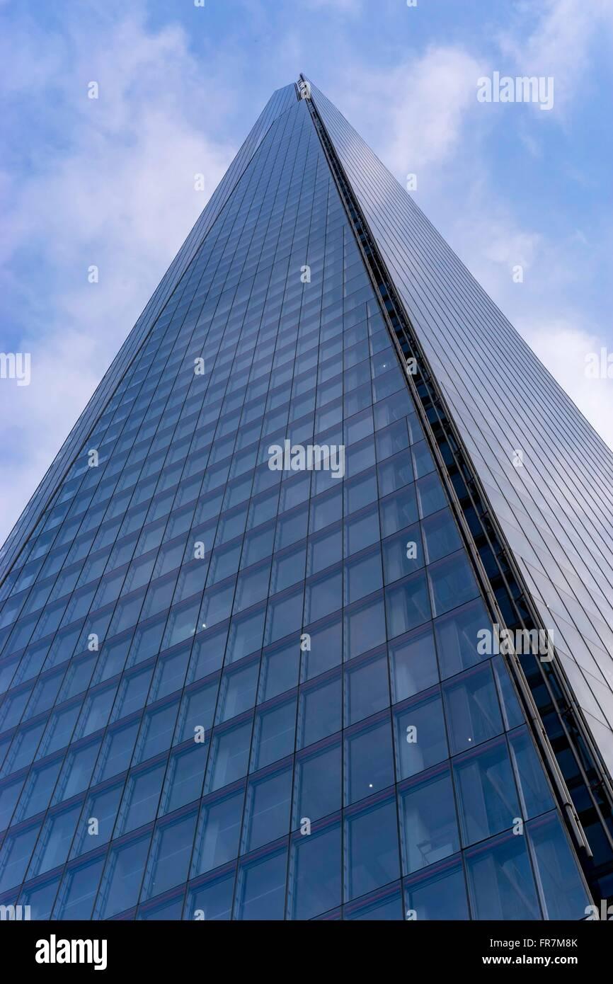 Nahaufnahme von The Shard London Bridge, Blick von unten, gegen blauen Himmel Stockfoto