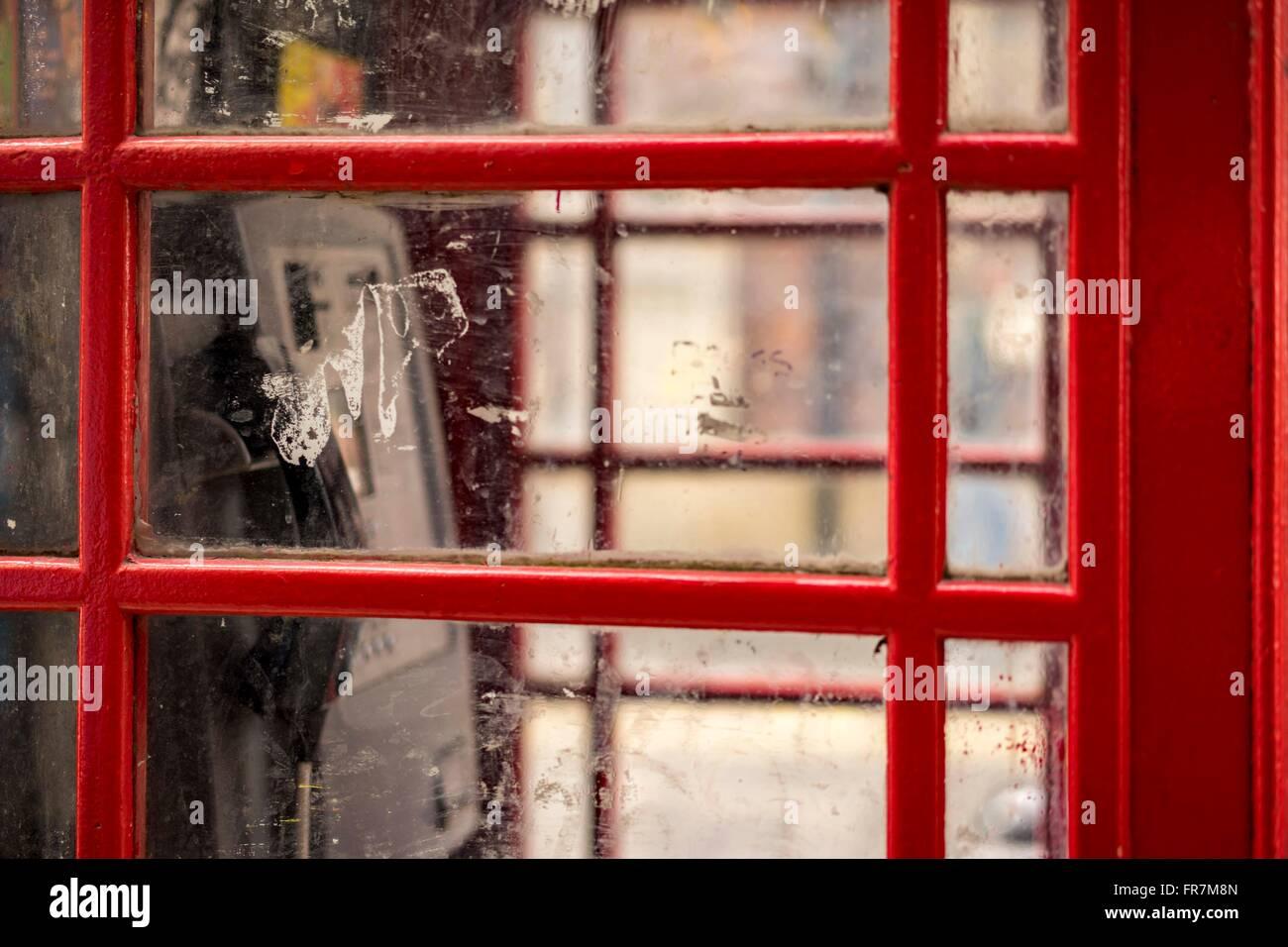 Blick durch das Fenster von einem roten öffentliche Telefonzelle, London, UK Stockfoto