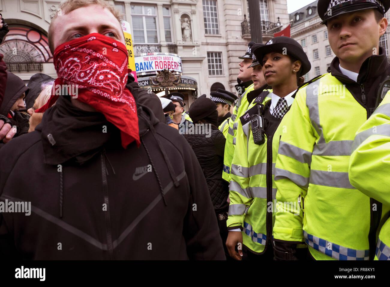 Stehen Sie auf, um Rassismus März Aufnahme Flüchtlinge & protestieren gegen Islamophobie & rassisches Stockbild