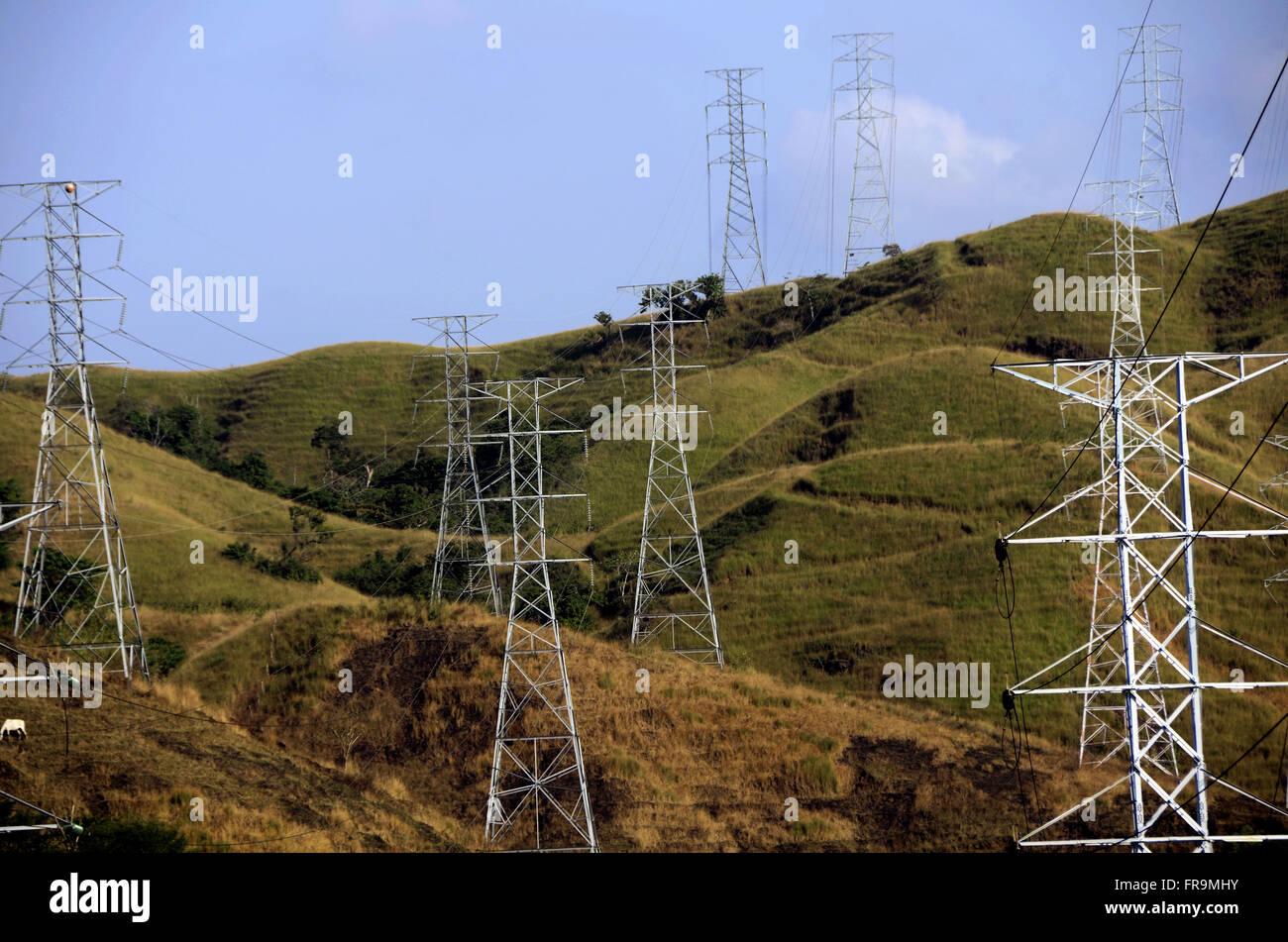 Türme und Übertragungsleitungen der elektrischen Leistung die BR-116 Autobahn Präsident Dutra Stockbild