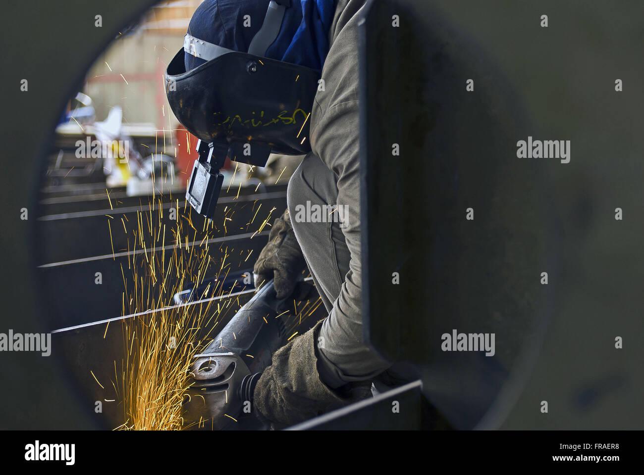 Arbeiter mit Sander im Schiffbau Stockbild