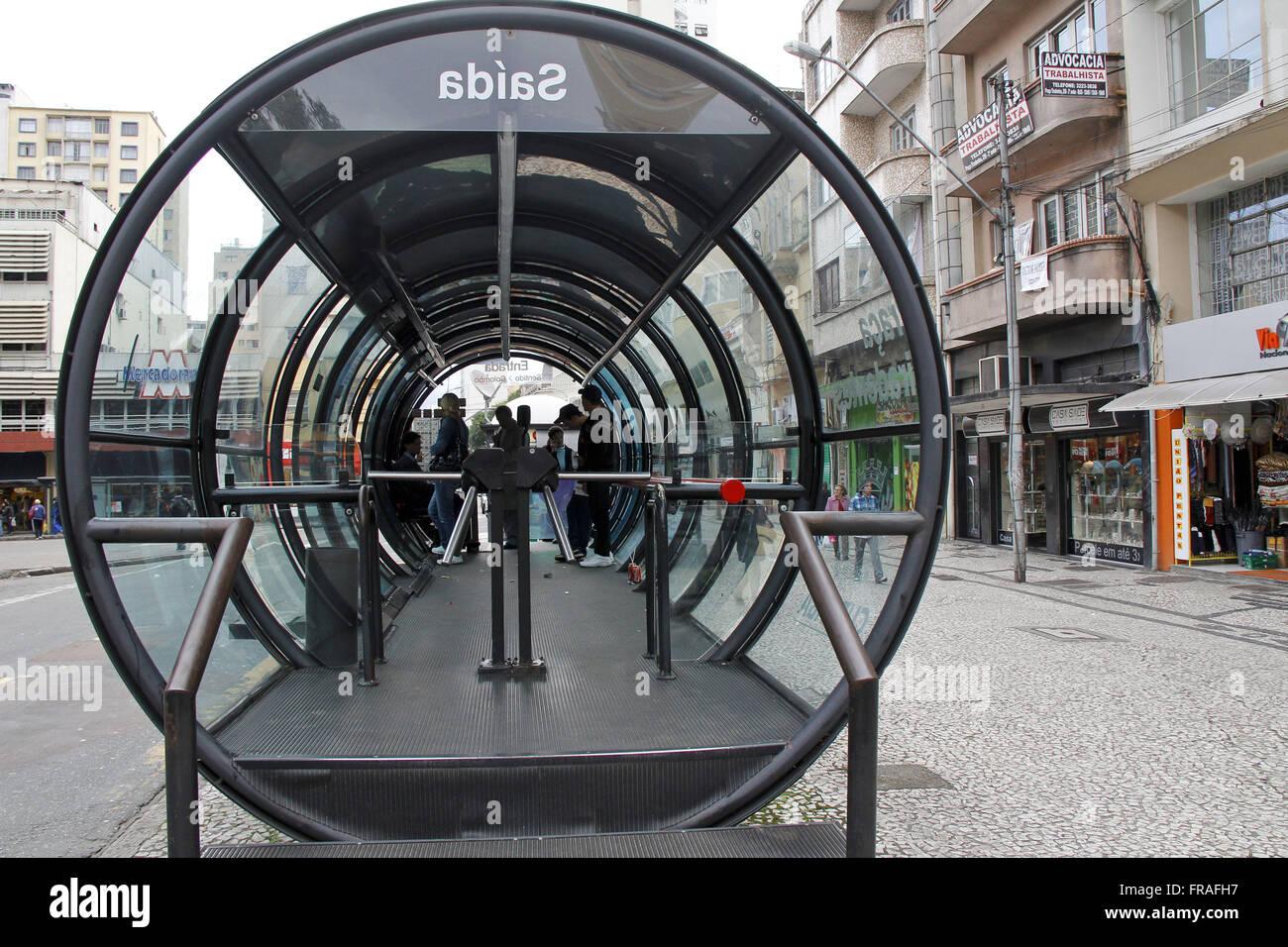 Passagiere, die auf die Ankunft des Stadtbus röhrenförmigen Saison Stockbild