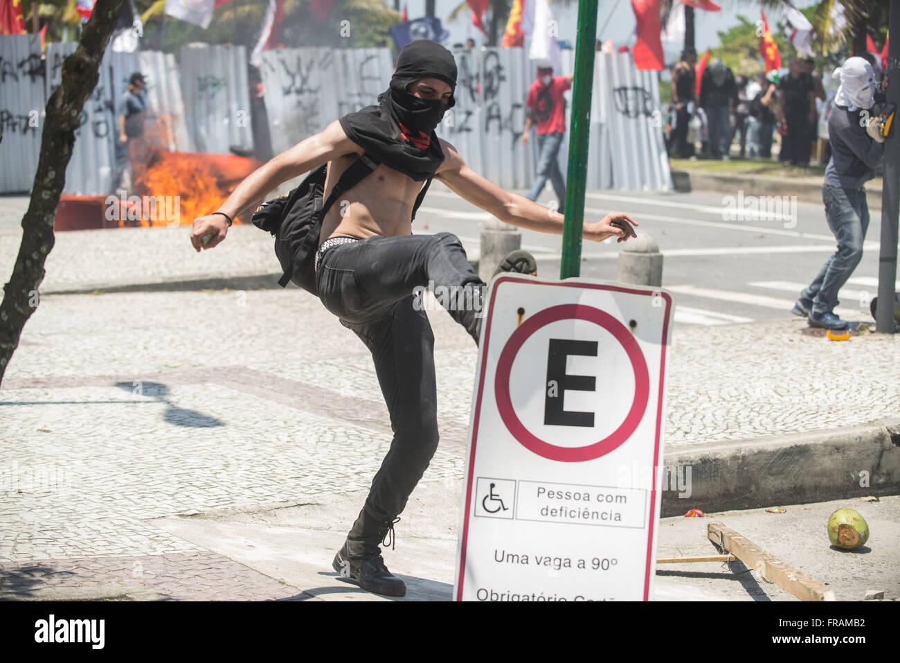 Demonstrant bricht Straßenschild bei Protest gegen die Versteigerung des Feldes Pfund Stockbild