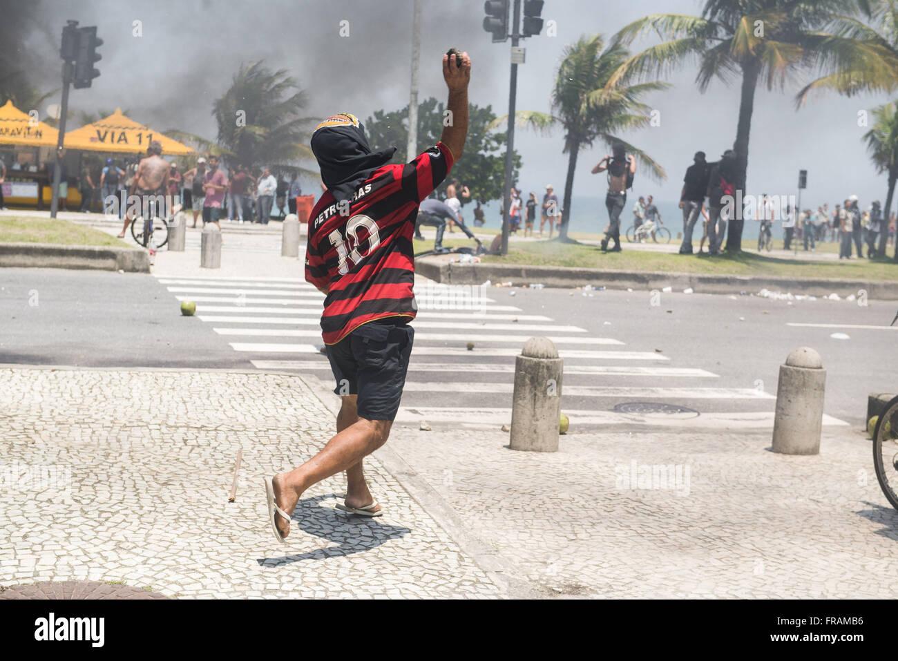 Konfrontation zwischen Demonstranten, dem Schwarzen Block und den nationalen Forca Stockbild
