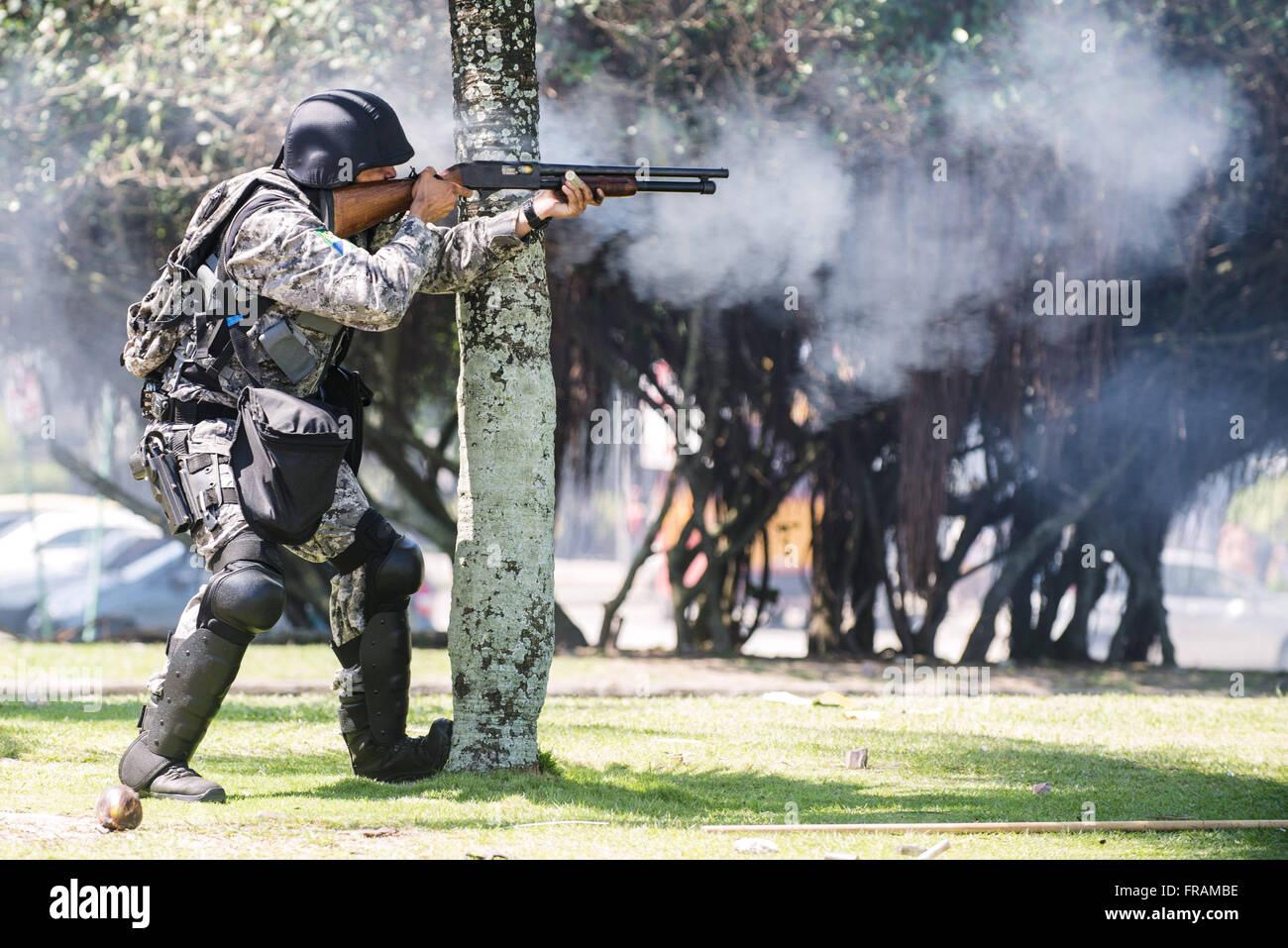 Polizei in Konfrontation zwischen Demonstranten, dem Schwarzen Block und den nationalen Forca Stockbild