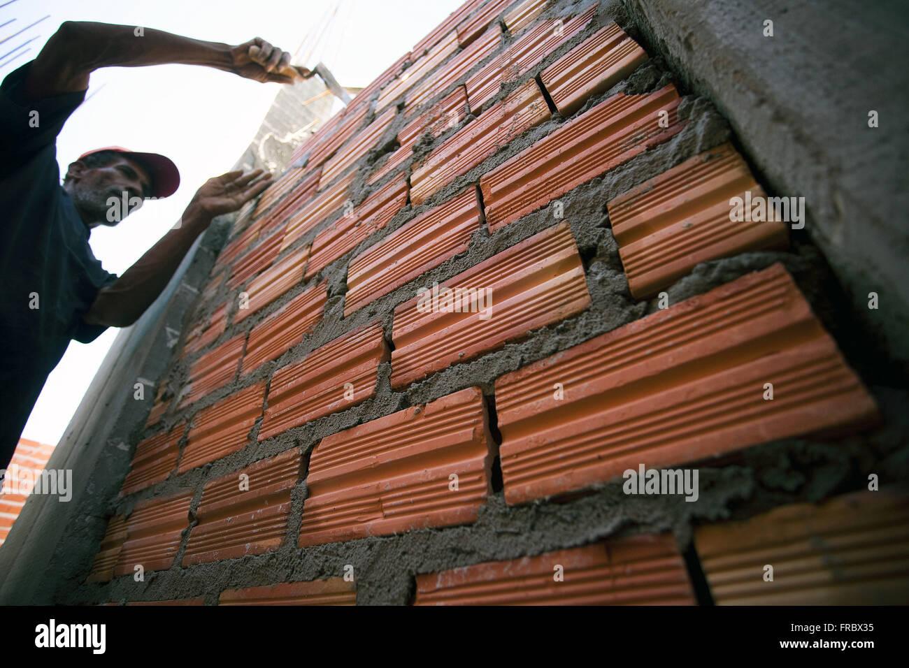 Arbeiter arbeiten am Bau des Gebäudes Stockbild