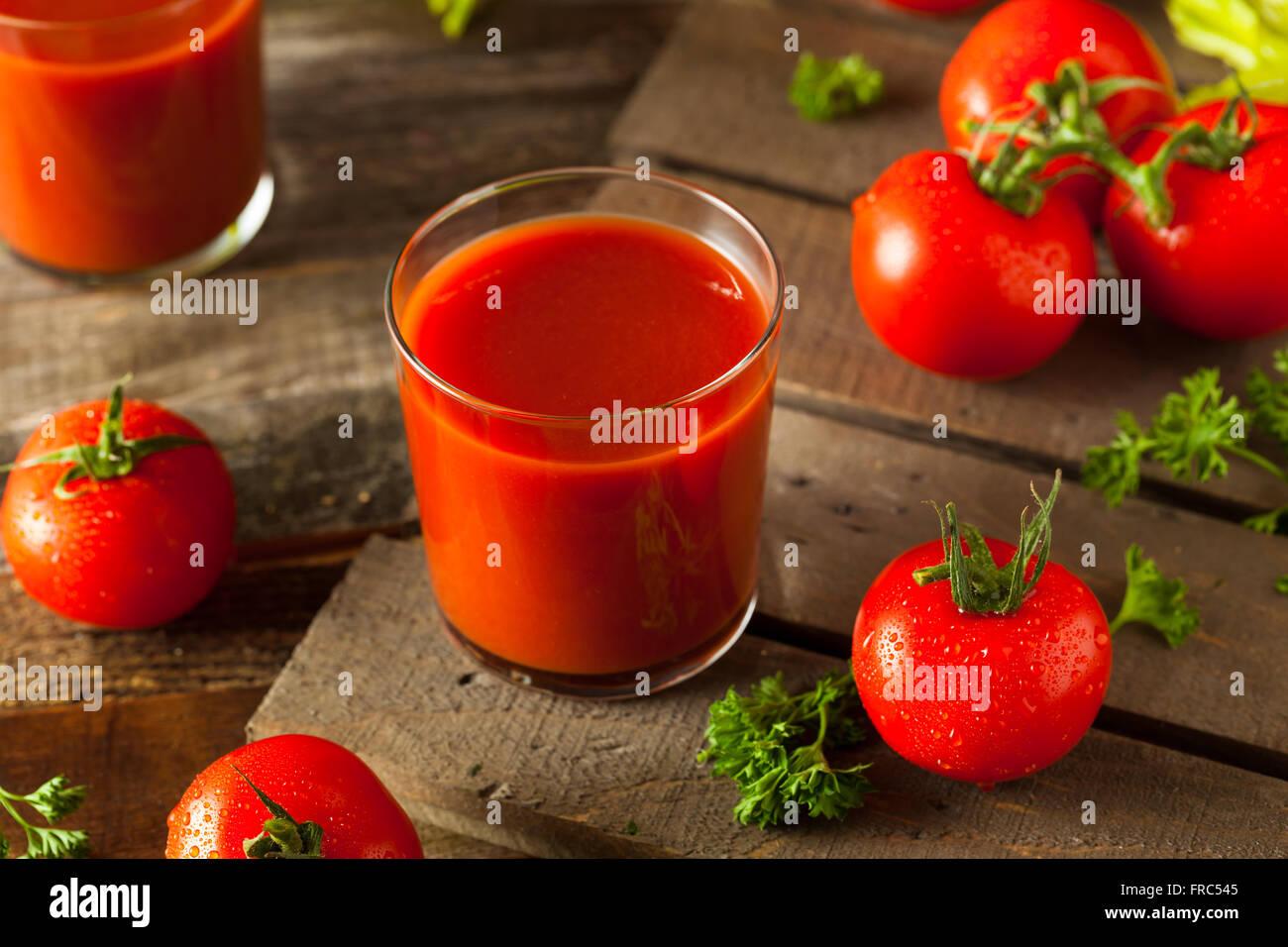 Rohe Bio Tomatensaft mit Petersilie und Sellerie Stockbild