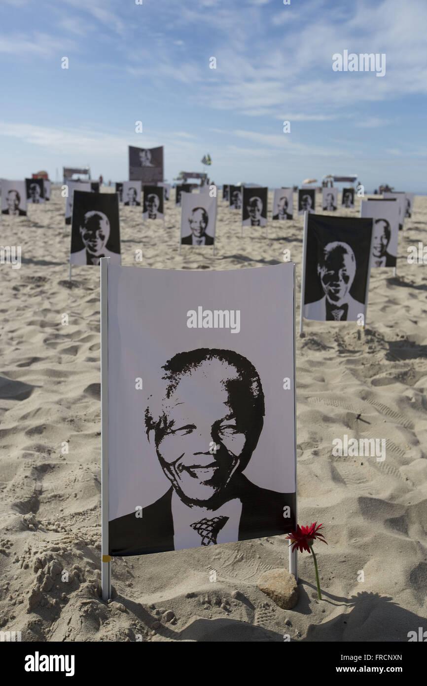 Hommage an Nelson Mandela am Strand der Copacabana im Besitz der NGO Rio de Paz Stockbild