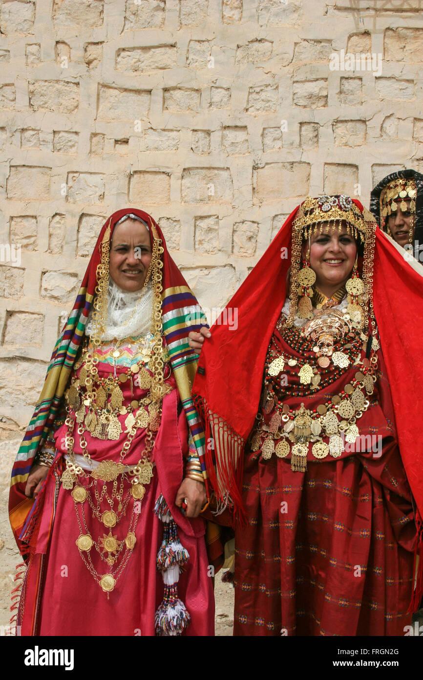 Tunesische Frauen tragen traditionelle Kleider goldenen Schmuck und ...