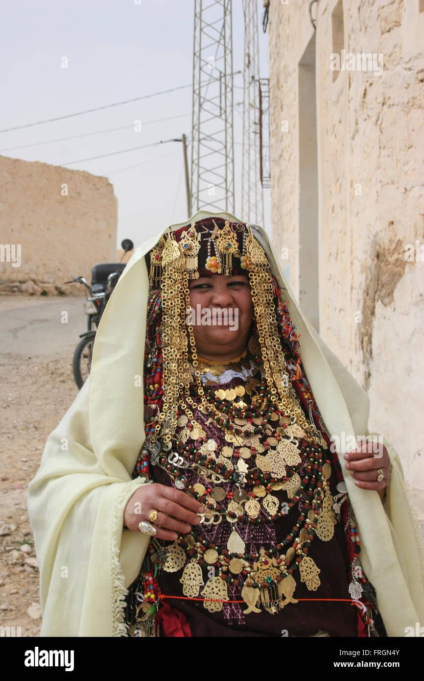 Tunesische Frau trägt traditionelle Kleider goldenen Schmuck und ...
