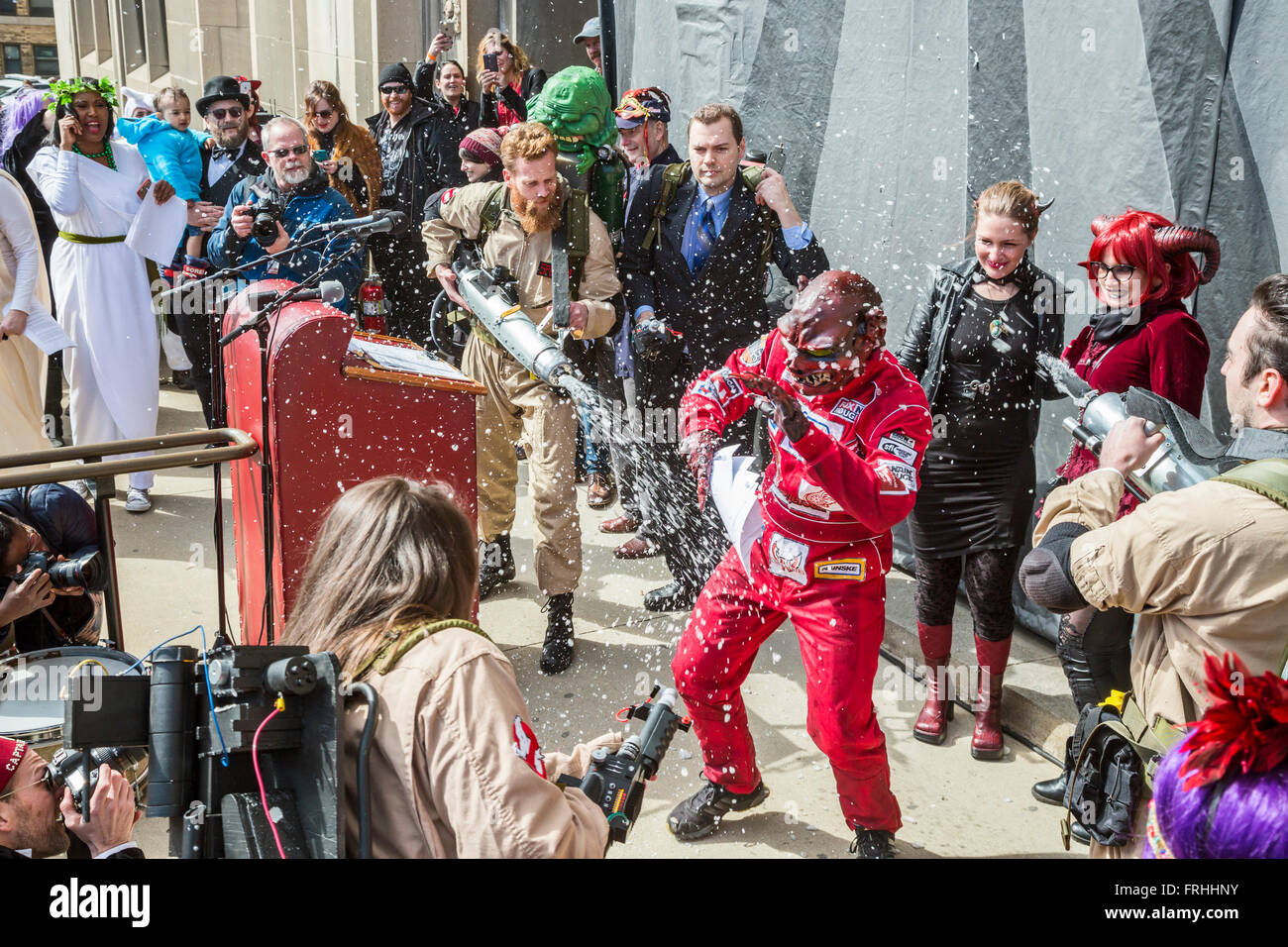 Detroit, Michigan - der Ghostbusters-Koalition von Detroit verbannt Nain Rouge (roter Zwerg) aus Detroit. Stockbild