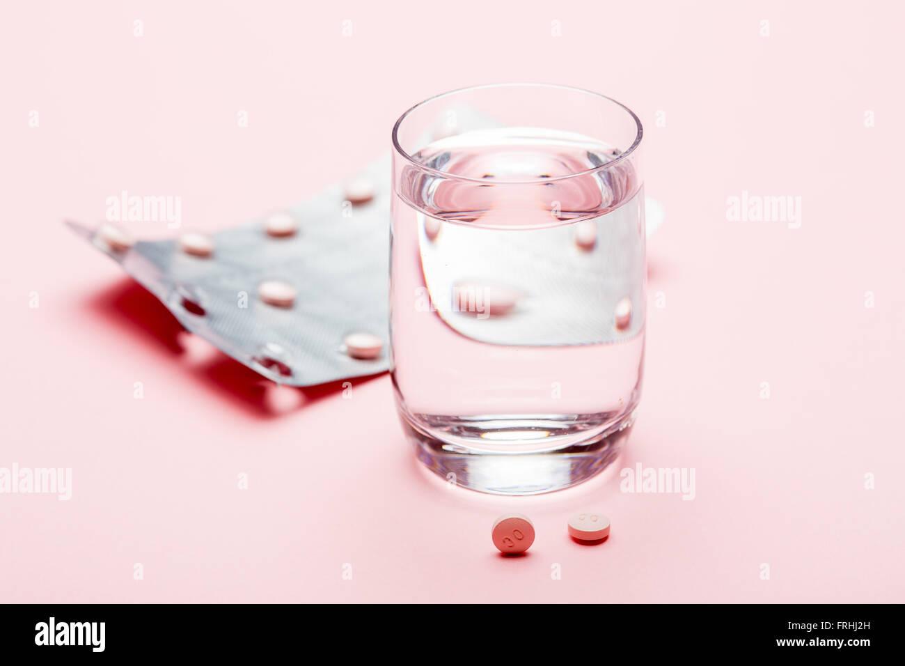 Medizin und ein Glas Wasser. Stockbild