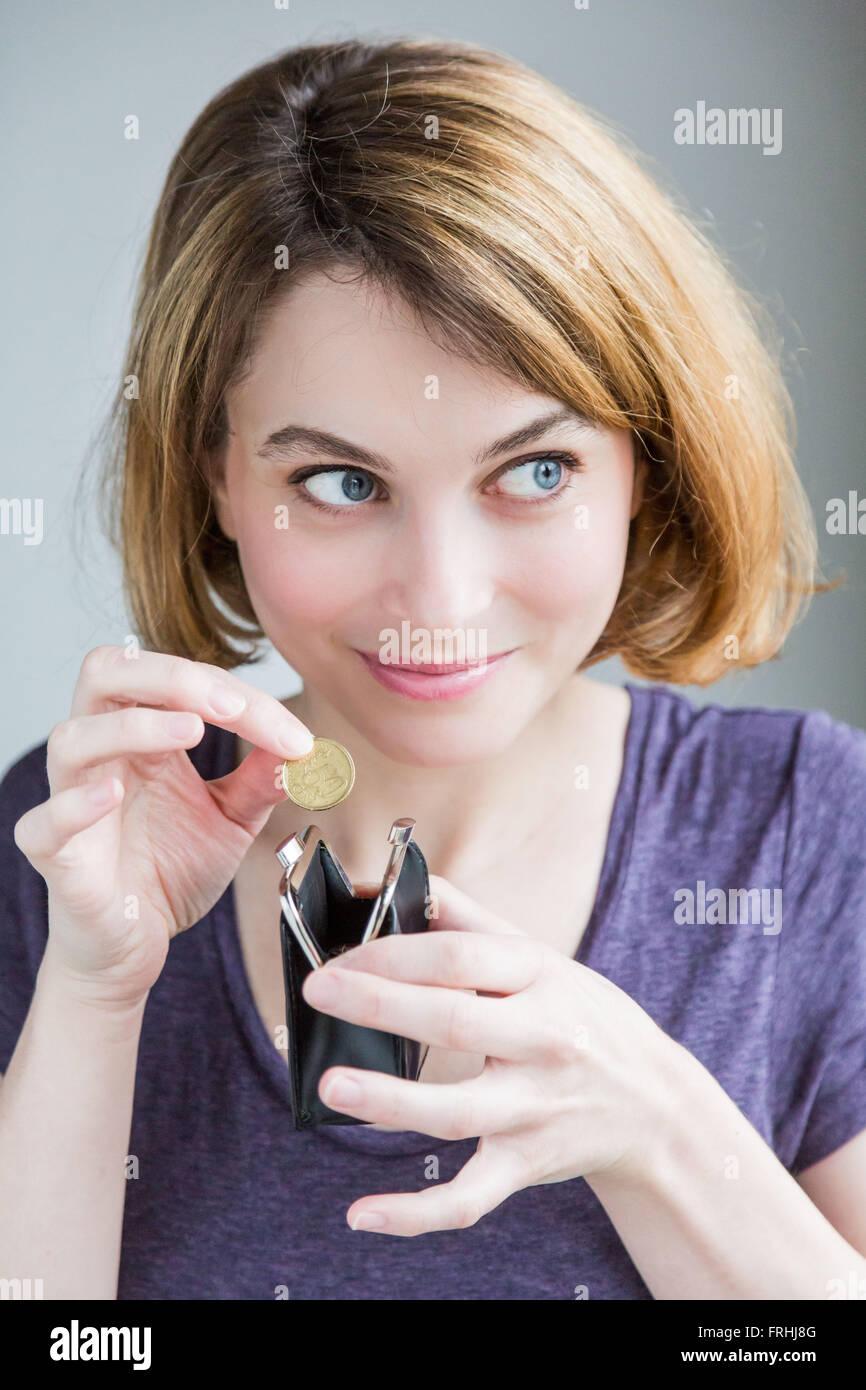 Frau, die Münze in Spardose sparen. Stockbild