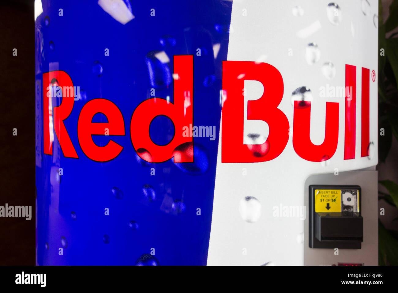 Red Bull Getränke Kühlschrank : Eine red bull maschine bietet kälteenergie getränke in oklahoma