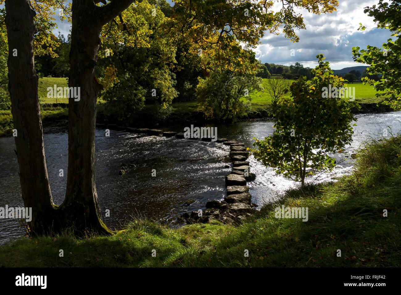 Steinige Stoop Lane stepping stones auf dem Fluß Ure, in der Nähe von Aysgarth, Wensleydale, Yorkshire Dales National Stockfoto