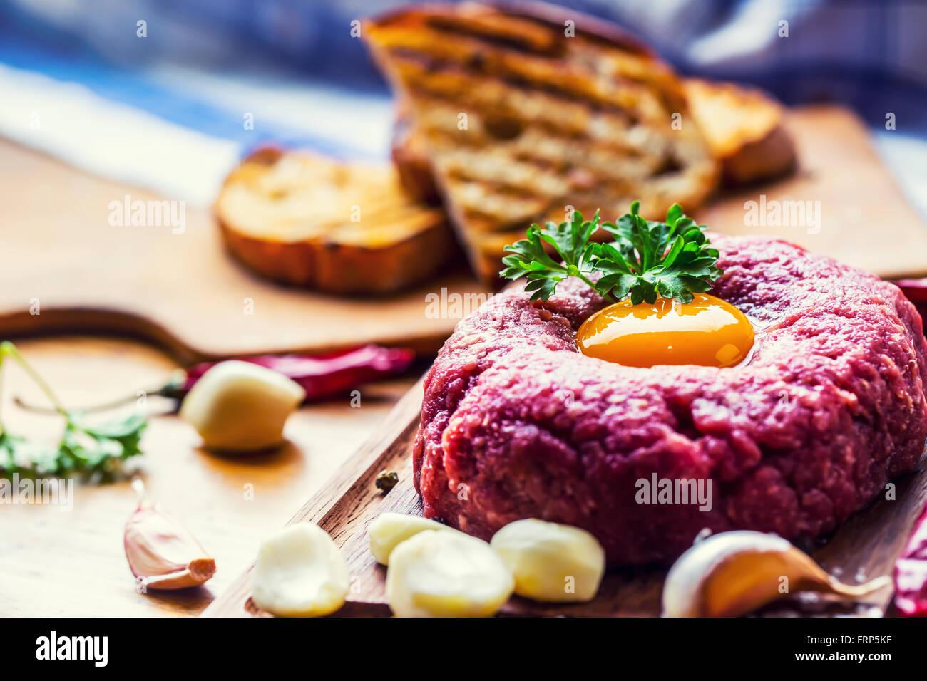 Rohes Rindfleisch. Lecker Steak Tartare. Klassische Tatar auf Holzbrett. Zutaten: Rohes Rindfleisch Fleisch Salz Stockbild