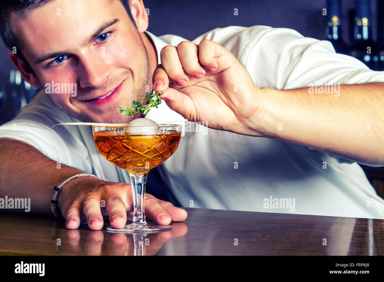 Barkeeper servieren Getränke In Nightclub.Young Barkeeper trinken vorbereiten. Stockbild