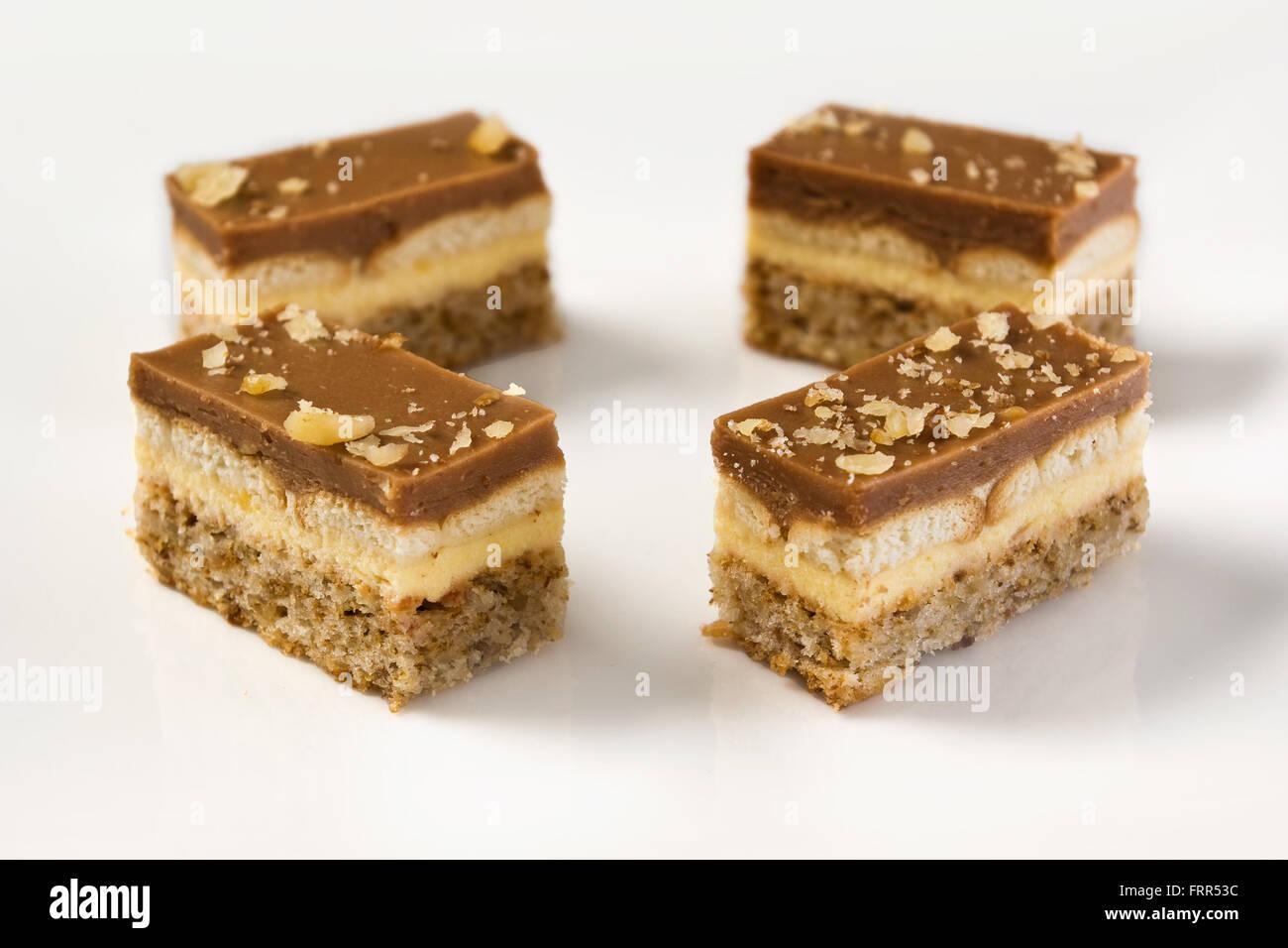 Stucke Von Schokolade Und Vanille Pudding Kuchen Mit Walnussen