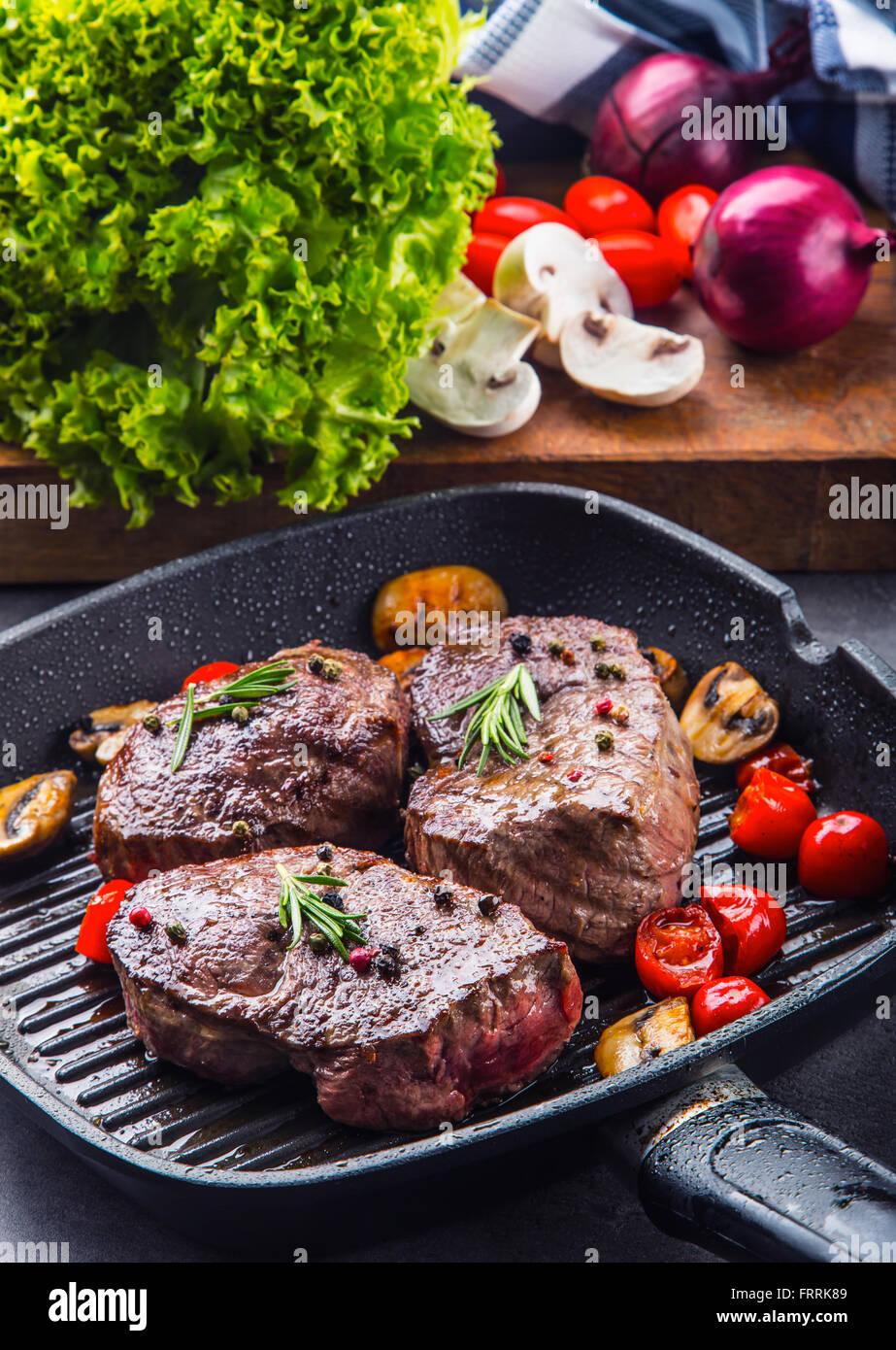 steak grill beefsteak portionen dicke saftige roastbeef rindersteaks auf grill teflon pfanne. Black Bedroom Furniture Sets. Home Design Ideas
