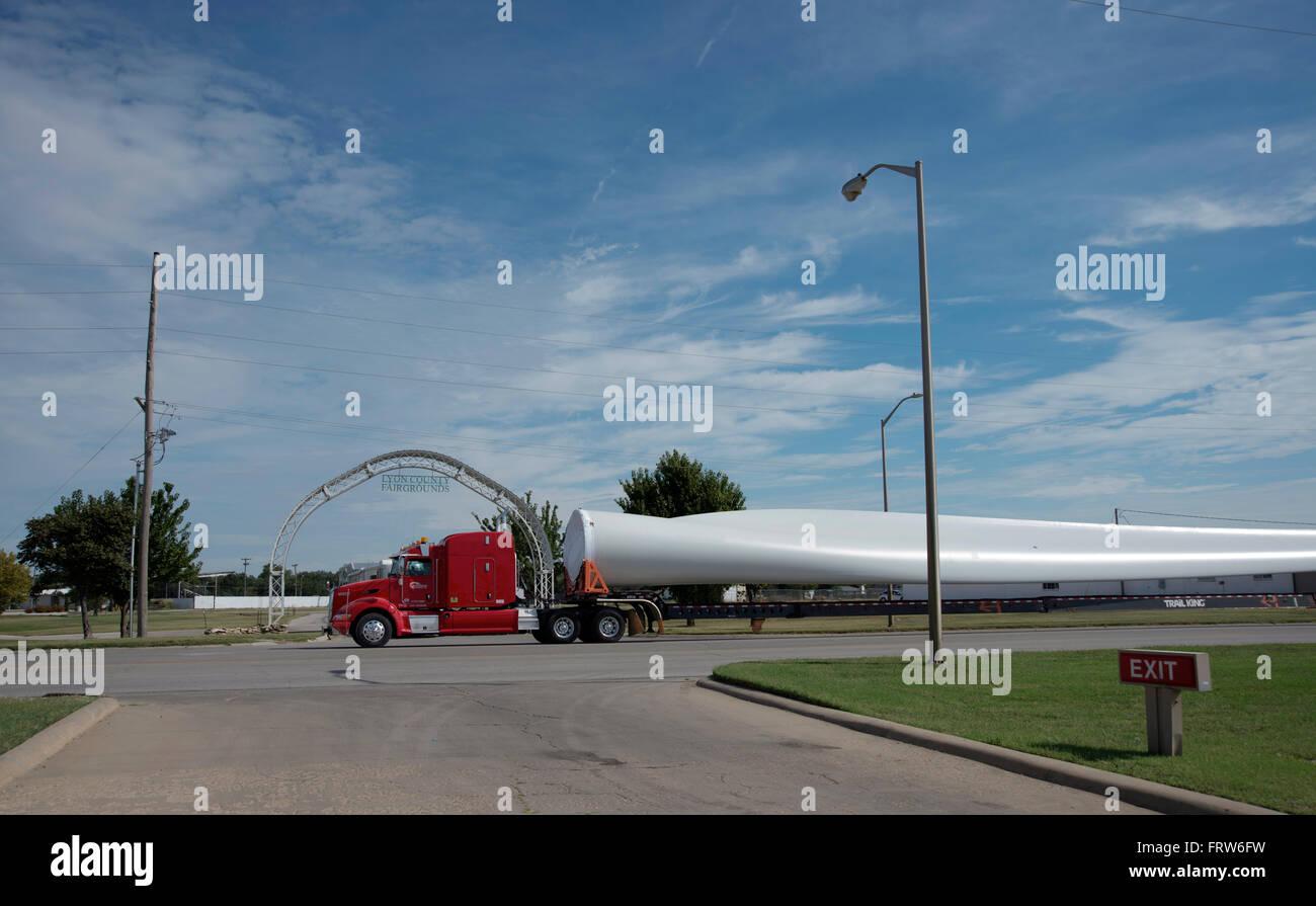 Emporia, Kansas, USA, 24. September 2015 WInd Turbinenschaufel ist durch Emporia, Kansas aus der Burlington Northern Stockbild