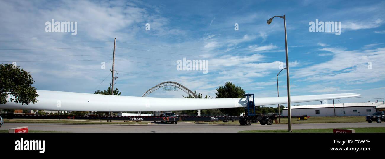 Emporia, Kansas, USA 24. September 2015 WInd Turbinenschaufel ist durch Emporia, Kansas aus der Burlington Northern Stockbild