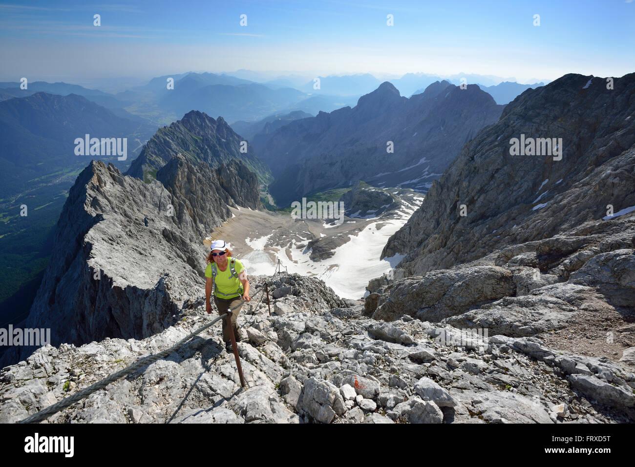 Klettersteig Germany : Frau aufsteigend auf klettersteig zugspitze gletscher