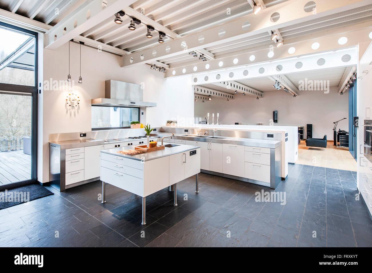 Offene Küche im Inneren einer Bauhaus-Villa, Sauerland ...