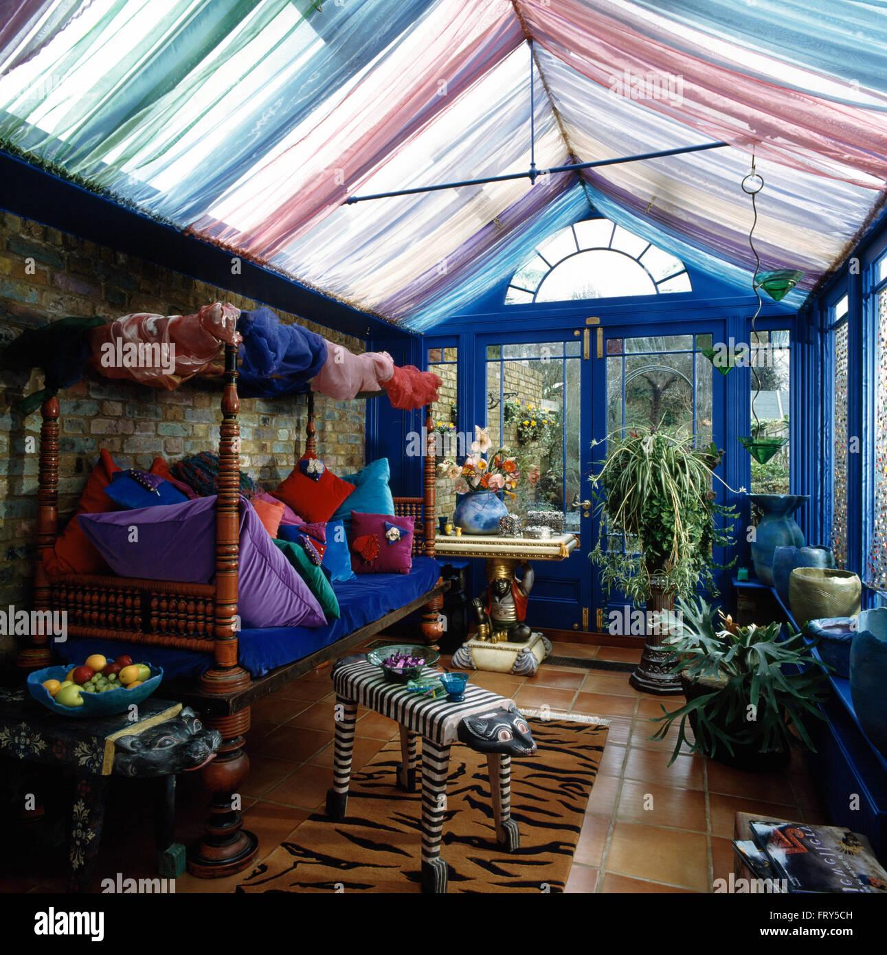 Holzer Wintergarten bunte voile vorhänge auf glasdach blaue 90er jahre wintergarten mit