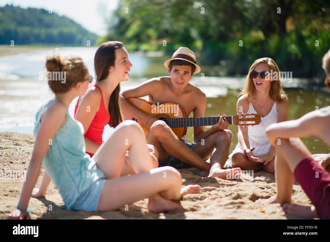Junge Teenager am nackten Strand