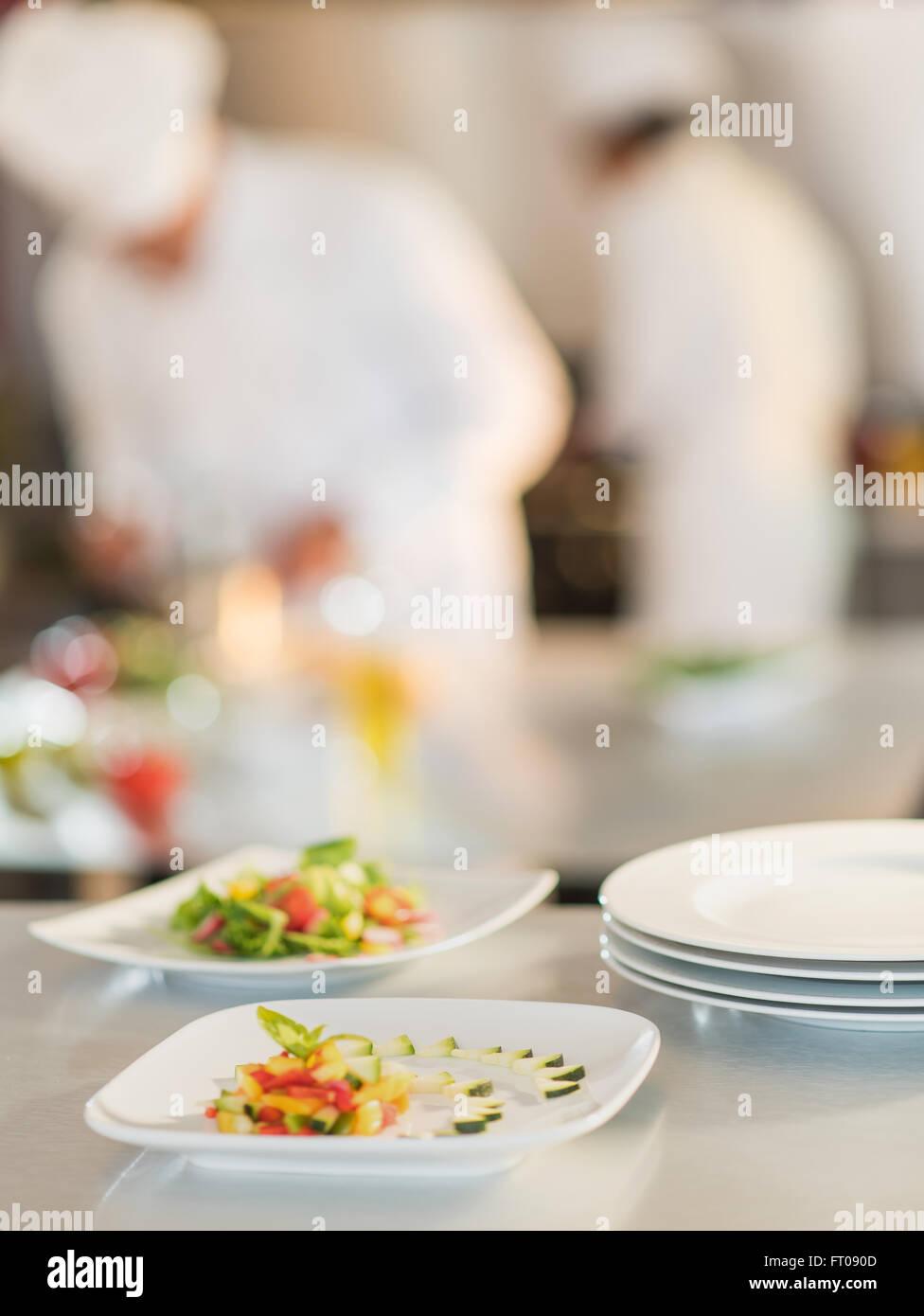 Nahaufnahme Der Platten Der Bunten Schneiden Sie Gemüse Für Ein