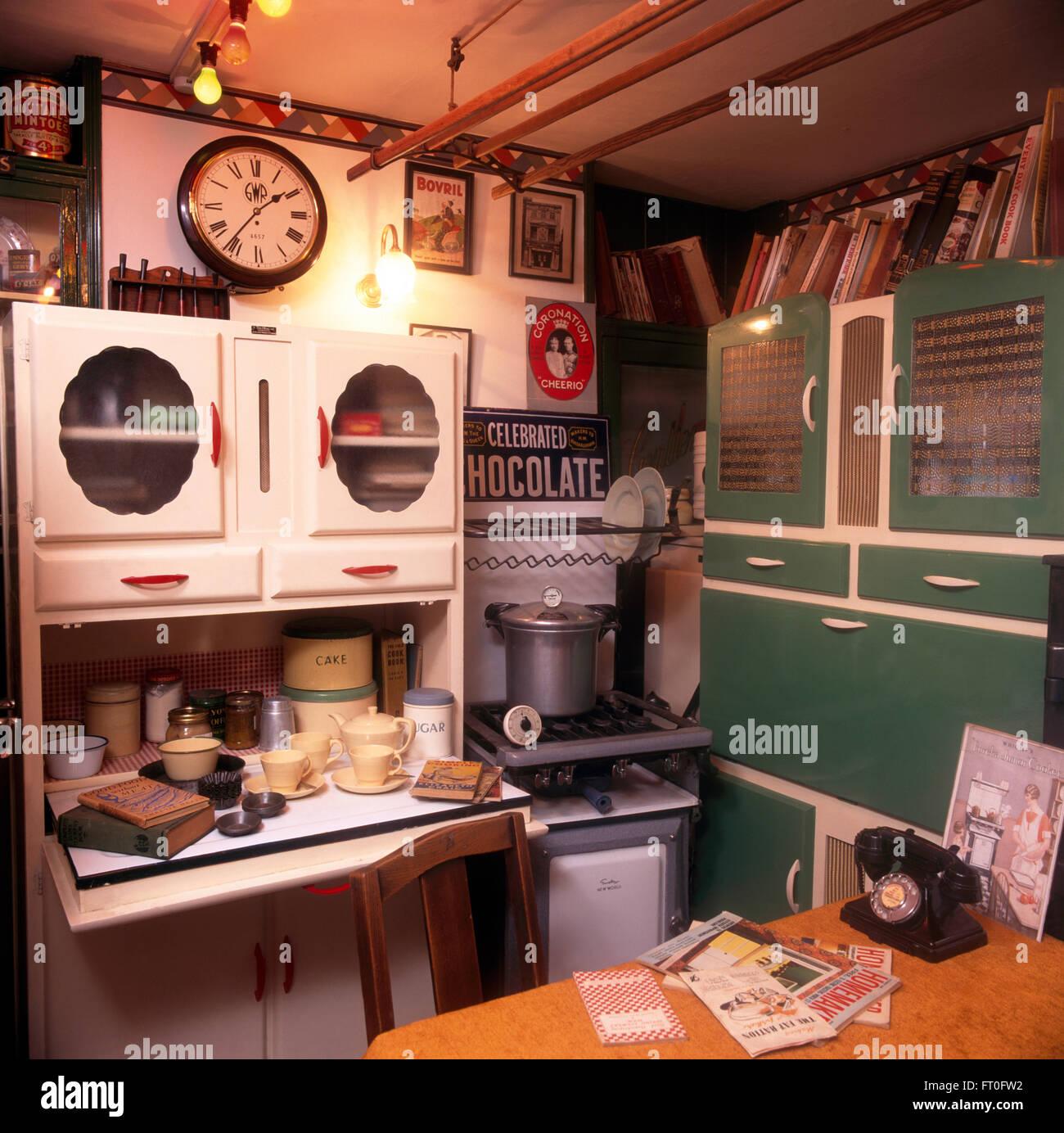 Vintage Schränke und Gaskocher im 50er Jahre Küche Stockfoto, Bild ...