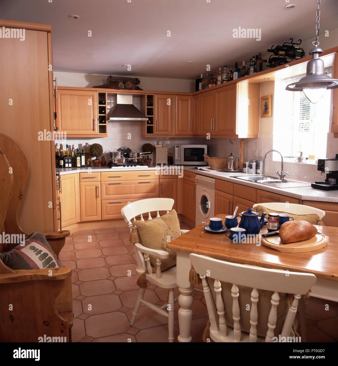 Weiss lackiert, Stühle und Tisch in neunziger Jahre Küche mit ...