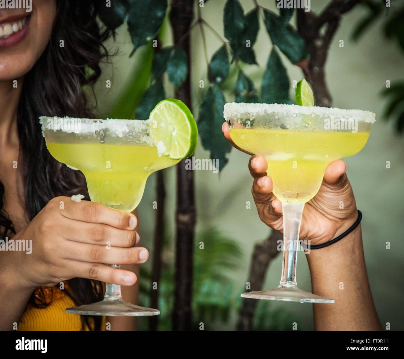 2 junge mexikanische Frauen Toast mit Margarita Getränke - Puerto ...