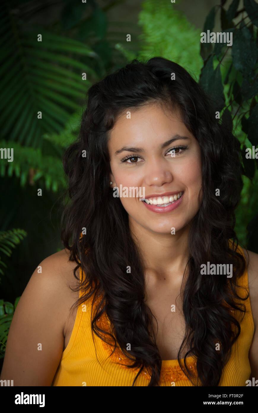 Porträt von lächelnden jungen Hispanic Frau - Puerto Vallarta, Mexiko #613PV Stockfoto