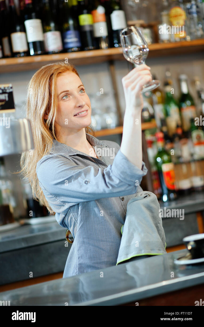 Female Bartender Stockfotos & Female Bartender Bilder - Alamy