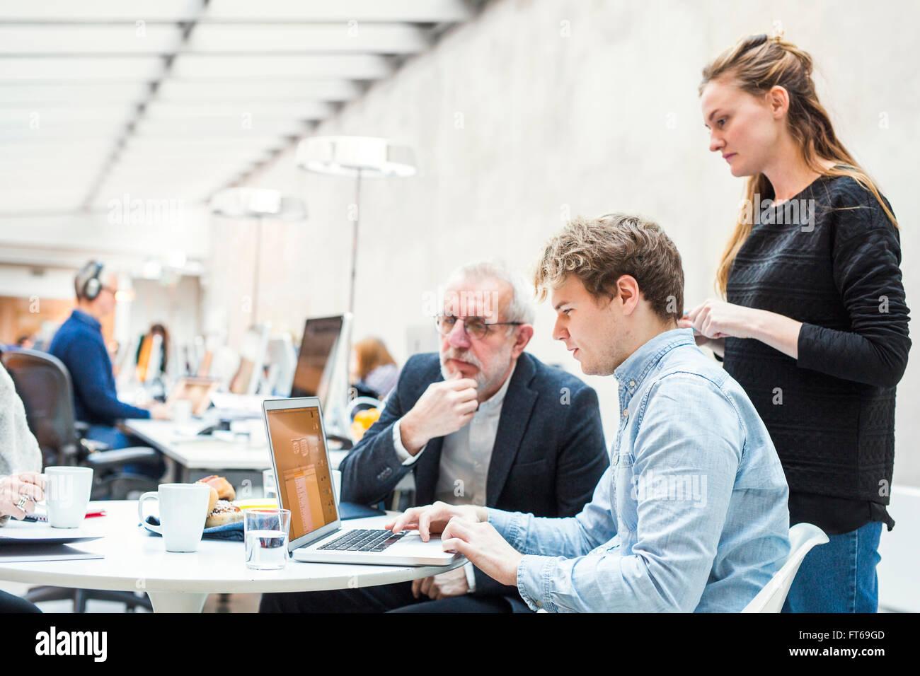 Konzentrierte sich Geschäftsleute Projektvorbereitung auf Laptop im Büro Stockbild