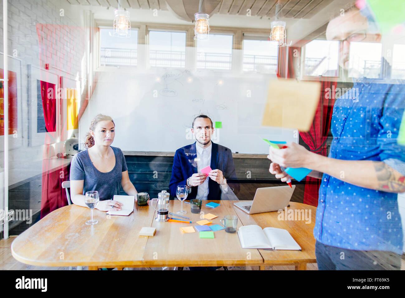 Team von kreativen Geschäftsleuten Vorbereitung Präsentation im Konferenzraum Stockbild