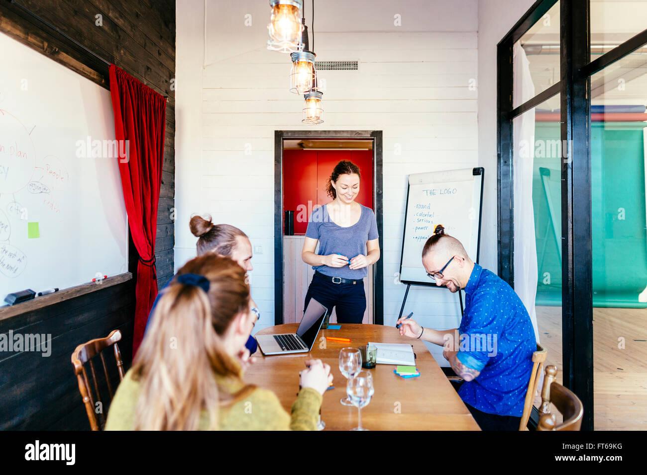 Kreative Geschäftsleute mit Diskussion am Tisch im Sitzungsraum Stockbild