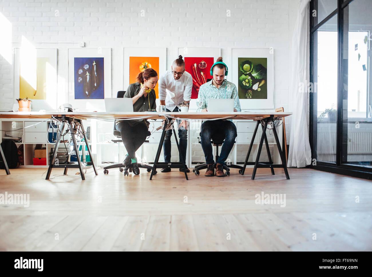 Kreative Geschäftsleute arbeiten zusammen im Büro Stockbild