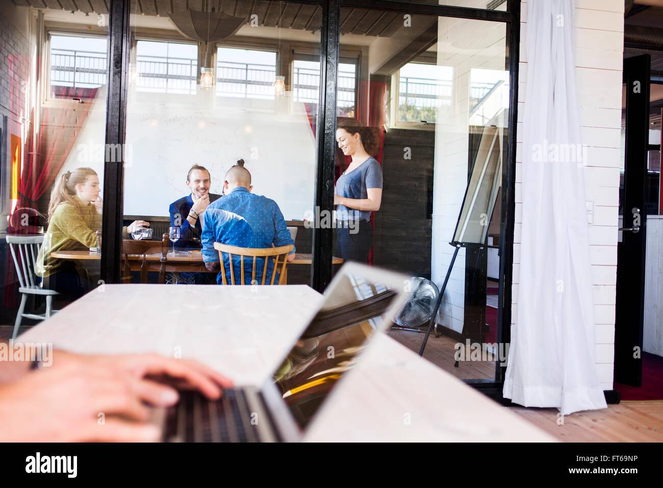 Team von kreativen Geschäftsleuten mit Diskussion im Sitzungsraum Stockbild